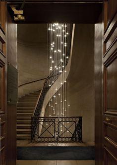 Oświetlenie schodów za pomocą lampy zwieszanej