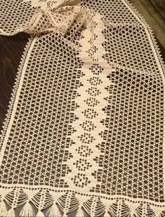 Şement Crochet Table Runner, Burlap Table Runners, Skin So Soft, Crochet Doilies, Household Items, Crochet Patterns, Crochet Ideas, Crochet Projects, Diy And Crafts