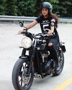 Cool Motorcycle Helmets For Girls Biker Chick 56 Best Ideas Triumph Cafe Racer, Cafe Racer Motorcycle, Triumph Motorcycles, Vintage Motorcycles, Cool Motorcycle Helmets, Motorbike Girl, Women Motorcycle, Harley Davidson, Lady Biker