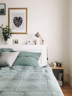 Schlafzimmer- Home Story in Hamburg, mit Nori: Industrial Interieur, Skandinavische Einrichtung und Urban Jungle. Mit dabei: String Regal, Sostrene Grene und viele Blumen.