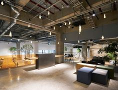 Open workspaces in alternating surfaces – AKQA in Tokyo