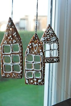 Check Out 37 Amazing Christmas Window Decor Ideas. Decorating for Christmas don't forget about some particular pieces like a mantel, doors and windows. Christmas Gingerbread, Noel Christmas, Christmas Cookies, Christmas Ornaments, Gingerbread Houses, Christmas Crafts, House Ornaments, Gingerbread Ornaments, Gingerbread Cookies