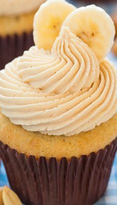 Banana Cupcakes with Salted Caramel Peanut Butter Frosting - Cooking Classy Peanut Butter Cupcakes, Banana Cupcakes, Yummy Cupcakes, Cupcake Cookies, Cupcake Bakery, Cupcake Wars, Gourmet Cupcakes, Cupcake Recipes, Dessert Recipes