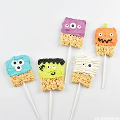 Need a yummy Halloween snack? Try these Rice Krispie Halloween Characters that are made from rice krispie treats & icing! Yummy!
