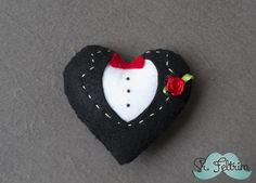 Coração de noivo - passo a passo em vídeo #felt #feltro #DIY #pattern #free #handmade #selfmade #heart #groom #wedding #married #cute #love Felt Crafts, Christmas Ornaments, Holiday Decor, Diy, Crafts, Colors, Templates, Dressmaking, Bricolage