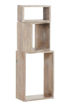 Kolme käännettävää, erikokoista kuutiohyllyä. Laseerattua tai maalattua mangopuuta. Mitat = PxKxS. Iso: 50x20x35 cm. Keskikokoinen: 30x20x30 cm. Pieni: 30x20x17 cm. Toimitetaan osina.
