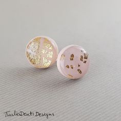 A pair of beautiful round stud earrings with pink and gold pattern. These minimalist studs are carefully hand-made with polymer clay and  finished with resin glaze to brighten the color. Gifts For Friends, Gifts For Her, Pottery Lessons, Modern Jewelry, Unique Jewelry, Pottery Handbuilding, Pottery Tools, Gold Pattern, Inspirational Gifts