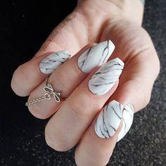 Pin for Later: Les Ongles Marbrés Sont la Tendance Nail Art la Plus Chic et Minimaliste du Moment