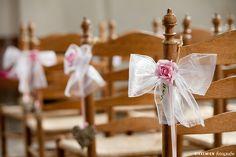 Weddingstyling / de versiering / aankleding tijdens een bruiloft. strik, tule, bloem, roos, roze, stoel, kerk, trouwlocatie, organza, church, http://www.rikkemienfotografie.nl/