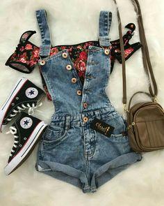 Looks: peto corto vaquero con botones y top de manga corta con hombros al descubierto y estampado de flores rojas