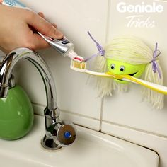 DIY Basteln & Selbermachen It only takes one cut for the funny tennis ball holder! Diy Craft Projects, Diy Projects Videos, Easy Diy Crafts, Diy Crafts Videos, Diy Videos, Diy Crafts For Kids, Diy Crafts Hacks, Recycled Crafts, Diy Paper