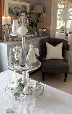 Christmas table setting/tablescape and decoration in white and silver. http://anettewillemine.com/