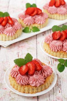 Epres minitorta glutén- és cukormentesen recept - Kifőztük, online gasztromagazin Sin Gluten, Gluten Free, Cookie Cups, Strawberry Desserts, Mini Cupcakes, Diet Tips, Lchf, Cheesecake, Paleo