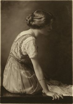 kind of love this photo. Mabel Taliaferro by Sid Whiting, c. 1910