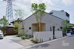 平屋の雑木の庭|コテージフォレストガーデン|愛知の庭・外構デザイン|ティーズガーデンスクエア Outdoor Life, Outdoor Decor, House Landscape, Commercial Architecture, Grand Designs, Garden Trees, Simple House, Interior Design Kitchen, Entrance
