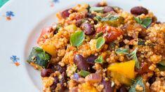 Bohatá pánev na rajčatovém základě s bylinkami, středomořskou zeleninou a fazolí červenou ledvinou, která dodá jídlu nejen barvu, ale i jemnou texturu a tolik p Grains, Pork, Rice, Cooking, Sweet, Ethnic Recipes, October, Bulgur, Kale Stir Fry