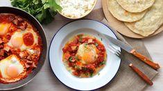 Πρωινά με βρώμη — Paxxi Granola Bars, Greek Recipes, Feta, Curry, Food And Drink, Pizza, Eggs, Breakfast, Ethnic Recipes