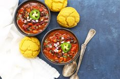 Vegan Chipotle Black Bean Chili - This easy vegan chili packs a flavor punch! We love all the color and flavor, and love even more that you can make it using an Instant Pot, slow cooker, or stovetop. Chili Recipe With Black Beans, Chipotle Black Beans, Vegan Chipotle, Black Bean Chili, No Bean Chili, Chili Chili, New Recipes, Cooking Recipes, Healthy Recipes