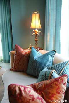 The secret of a beautiful decor with pillows is to know how to combine colors and prints. Avoid, for example, buying the same color cushions as the couch, so they do not disappear withing the background.