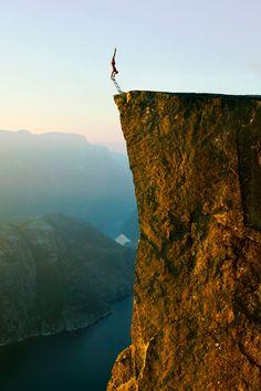 Muita coragem e equilíbrio para desafiar a morte na beira de precipícios | Ideia Quente
