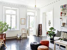 """PIso nórdico con detalles impresionantes donde los protagonistas son las paredes en planco y el suelo en negro al más puro estilo """"Swedish House"""" con detalles que enamoran."""