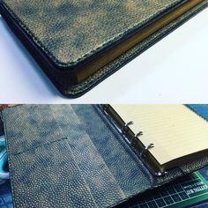 (´-ω-`)んー、、、ちと大きいなー。 もう1サイズ小さいの作ろう。。。 #システム手帳 #手縫い #レザークラフト
