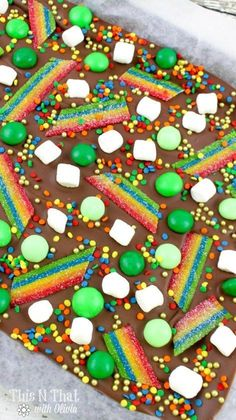 Patrick's Day with this super easy Leprechaun Candy Bark recipe! Holiday Treats, Holiday Fun, Holiday Parties, Festive, St Patrick Day Treats, St Patricks Day Food, Saint Patricks, Irish Beer, Candy Bark