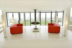 sala de estar minimalista con sillones rojos