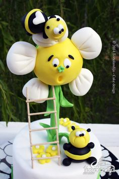 The fat bee cake Gravity Defying Cake, Gravity Cake, Crazy Cakes, Fancy Cakes, Fondant Cake Toppers, Cupcake Cakes, Bumble Bee Cake, Nature Cake, Foundant