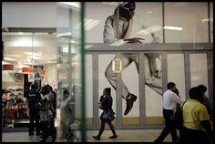 La jeunesse bling-bling de ces banlieues noires cherche à emprunter le chemin le plus court pour accéder, elle-aussi, aux avantages de lappétissante société de consommation.