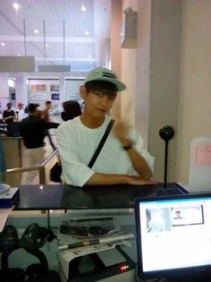 If the cashier took this it's kinda sad, he can't even buy something without having to pose for a picture Namjoon, Kim Taehyung, Bts Jungkook, Hoseok, Bts Memes, Daegu, Foto Bts, Boy Scouts, Bts Predebut