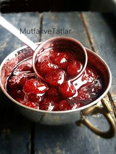 EV YAPIMI ÇİLEK REÇELİ ÇİLEK REÇELİ NASIL YAPILIR? ÇİLEK REÇELİ TARİFİ Kahvaltıların olmazsa olmaz ı reçeller...Çeşit çeşit reçell... Sushi, Biscuit Cookies, Turkish Recipes, Confectionery, Winter Food, Beautiful Cakes, Cherry, Food And Drink, Yummy Food