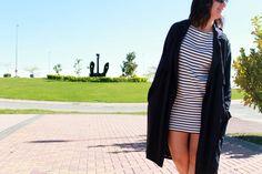 Look casual con vestido de rayas de Zara AW14, guardapolvos de Zara AW14 y converse blancas.