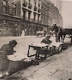 Street traders on Thomas Street Ireland Pictures, Old Pictures, Old Photos, Vintage Photos, Dublin Street, Dublin City, Irish Independence, Photo Engraving, Ireland Homes