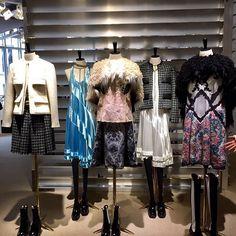 A @louisvuitton apresentou sua mais nova coleção ontem no último dia da semana de moda em Paris. O desfile aconteceu simplesmente no #Louvre um marco fashion pois nenhuma marca havia conseguido esse feito antes. E diretamente do showroom onde a #Glamour está nesse momento nós mostramos as peças de pertinho para vocês conferirem o que vai ser super trendy na próxima temporada! Clique na galeria agora para ver! (Por @ritalazzarotti) #modacomglamour #glamourviaja #glamouremparis…