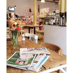 """VIAGEM ✈️☕️ Vamos pegar carona com a Rapha do @raphinadasblog e aterrissar em um café super charmoso na Holanda 👇🏻 #Repost @raphinadasblog ・・・ Gula: quer descobrir um lugar que é a cara da Rotterdam cool e despretenciosa? Eu te digo: a Vermeyden é uma delicatessen, mas tem também um café para provar alguns produtos da casa. A gente pode ficar lá tomando um café e lendo os jornais durante horas (dica: investe no holandês aí 😉). E bônus! Eles têm o vendedor de vinho mais simpático """"ever""""…"""