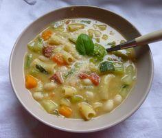 """Bonjour les momozamis! Un minestrone bien réconfortant (par ce temps froid et pluvieux dans le Nord)! Le plein de légumes ensoleillés,un délicieux pesto,de grosses pâtes,l'Italie est entrée dans la maison! J'ai adapté la recette de """"un déjeuner de soleil""""..."""