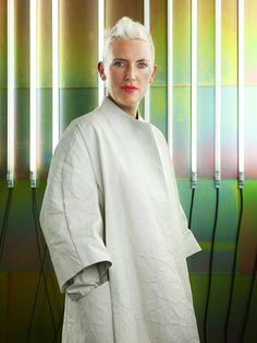 Faye Toogood est une designer britannique. Ses meubles et objets témoignent d'une préoccupation de l'importance et de l'expérimentation. Toutes ses pièces sont faits à la main par les fabricants à petite échelle et les artisans traditionnels, avec une honnêteté à la crudité et l'irrégularité du matériau choisi.