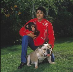 Michael Jackson with Bubbles and Louie, 1986 | Photo by Sam Emerson