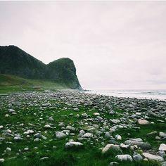 #Unstad, #Lofootit.  Kiitos kuvasta @rimmanen! Huikean kaunista, kyllä noissa maisemissa kelpaa myös surffata (Unstad tunnetaan jopa maailmanluokan aalloistaan).  #Norja #surffaus #mondolöytö #mondolehti