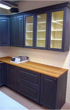 JUVIn täyspuisen keittiön voi maalata vaikka tummanharmaaksi.