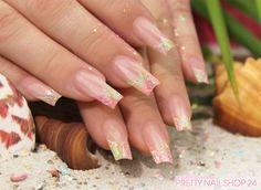 #nails #glitter #nailart   #naildesign Meine Kollegin Rebecca trägt aktuell einen sommerlich-frischen Glitzer-Look auf Ihren Nägeln. Seid auch Ihr Fans von solch funkelnden Glitter-Designs? Eure Juliane