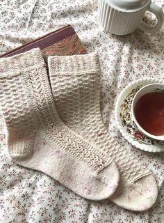 Hand Knitting Yarn, Knitting Socks, Knit Socks, Knitted Slippers, Knitting Machine, Free Knitting, Crochet Socks Pattern, Knitting Patterns, Knitting Tutorials