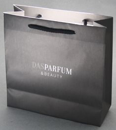 Papiertaschen mit Baumwollkordel und aus Naturpapier sehen top aus. Company Logo, Cardboard Packaging, Present Wrapping, Carry Bag, Packaging, Gifts