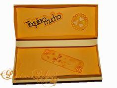 La caja para regalo vista por dentro, incluye una tarjeta y figuras troqueladas