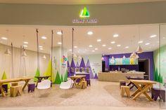 Un tema lúdico de árboles abstractos y montañas fueron diseñados para esta tienda de yogur helado - FRACTAL estudio + arquitectura