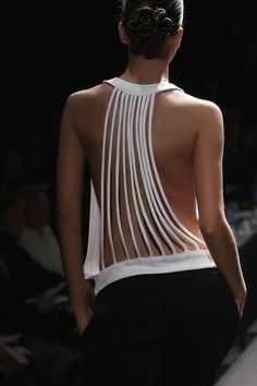 backless fashion in details ♥✤ Keep the Glamour White Fashion, Diy Fashion, Ideias Fashion, Fashion Beauty, Fashion Design, 2000s Fashion, Fashion Top, Retro Fashion, Fashion News