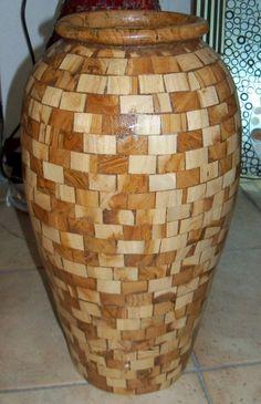 Vaso indonesiano in legno di TEAK !!Realizzato con la tecnica del MOSAICO e completamente lavorato a mano!!Misure:Alto cm 50Largo cm 30 circa.