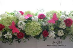グリーン、ホワイトに濃いピンクがアクセントのメインテーブル装花です。アジサイ、ラ...