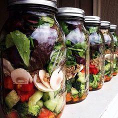 Mason Jars - salada Na parte de baixo você coloca os molhos. Depois os ingredientes pesados, como cenoura e o rabanete. A terceira camada é de itens que não podem tocar no molho. Como os tomates. Já a quarta camada é de folhas. Depois as frutas e flores e por último os grãos e sementes.